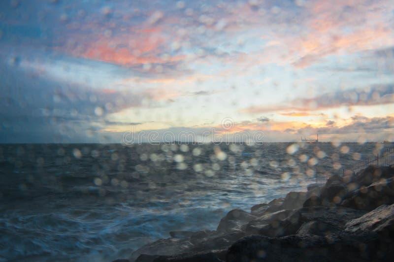 Dramatische bespattende oceaangolf in de avond met schemeringhemel in de Winter bij golfbreker bij St Kilda pijler in Melbourne A stock foto's