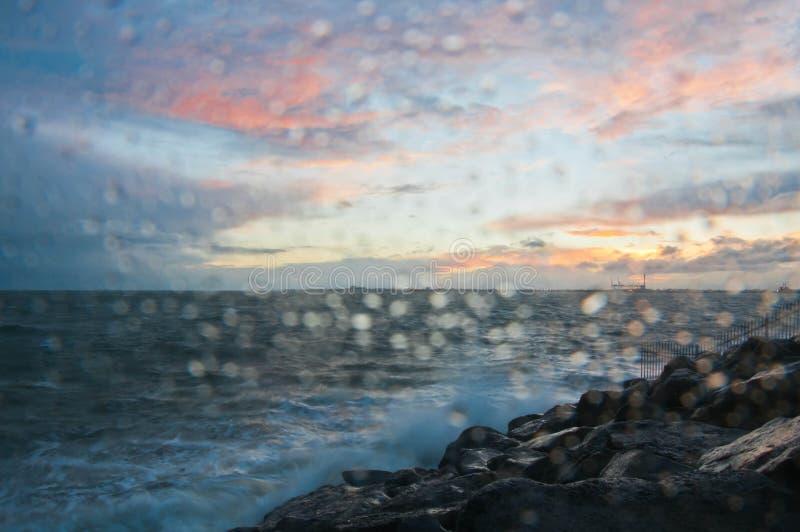 Dramatische bespattende oceaangolf in de avond met schemeringhemel in de Winter bij golfbreker bij St Kilda pijler in Melbourne A royalty-vrije stock afbeelding