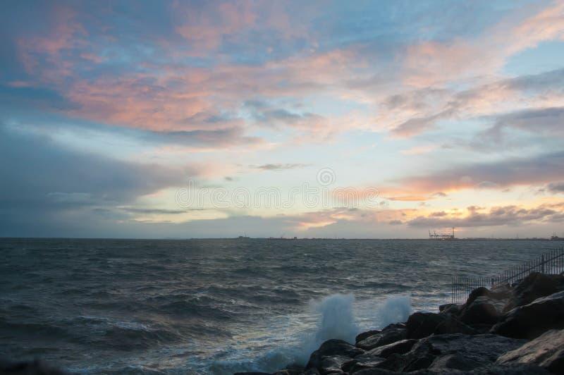 Dramatische bespattende oceaangolf in de avond met schemeringhemel in de Winter bij golfbreker bij St Kilda pijler in Melbourne A stock foto