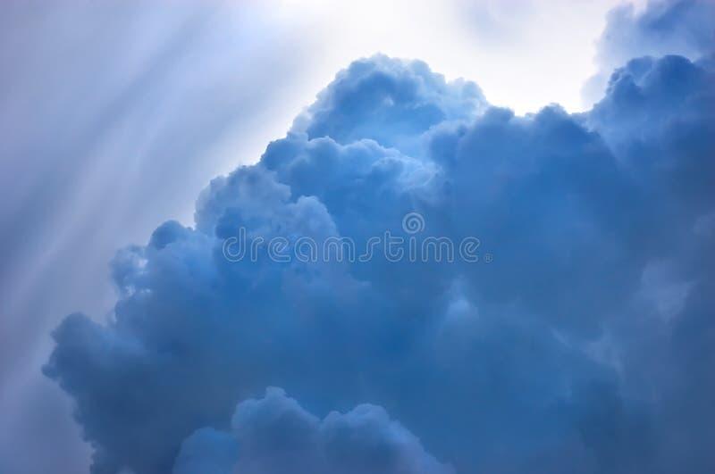 Dramatische blauwe cloudscape stock afbeelding