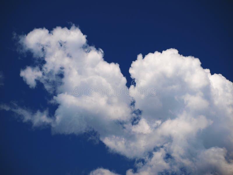 Dramatische blauwe hemel met mooie wolken stock afbeeldingen