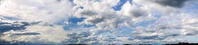 Dramatische blauwe hemel met zonnebalken die door de wolken aan de linkerkant scheuren stock foto
