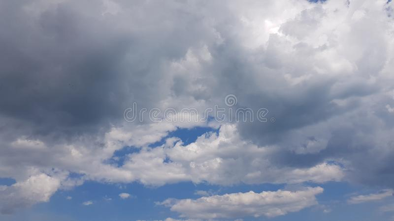 Dramatische cloudscape in hoge blauwe hemel stock afbeelding