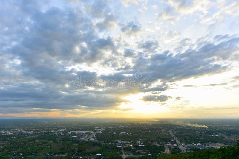 Dramatische Cloudscape met zonsondergang over stad royalty-vrije stock foto