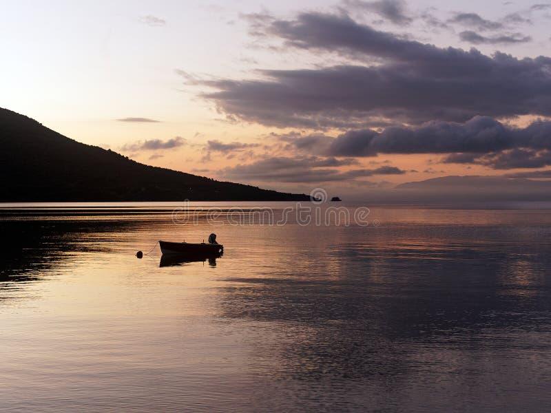 Dramatische Dawn Light met Kleine boot stock fotografie