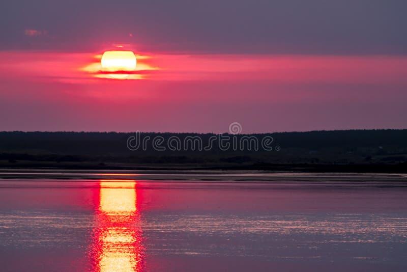 Dramatische die zonsondergang over Anglesey in Wales van Caernarfon - het Verenigd Koninkrijk wordt gezien royalty-vrije stock afbeelding