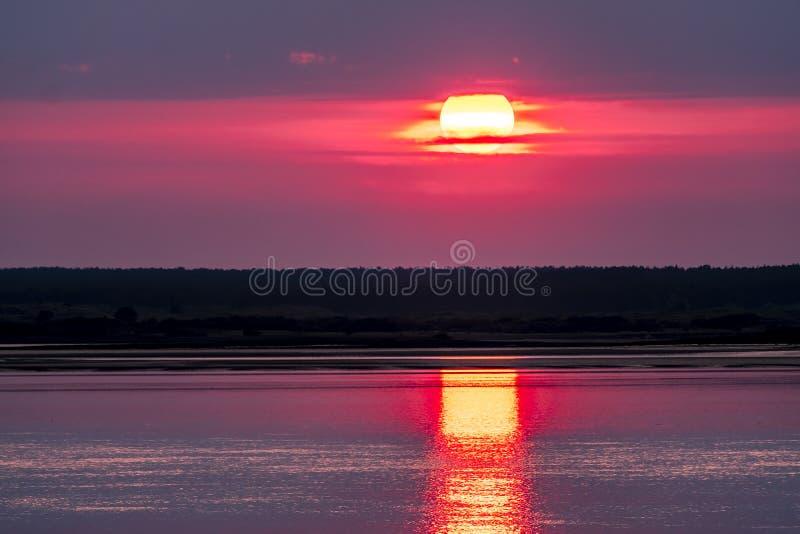 Dramatische die zonsondergang over Anglesey in Wales van Caernarfon - het Verenigd Koninkrijk wordt gezien royalty-vrije stock afbeeldingen