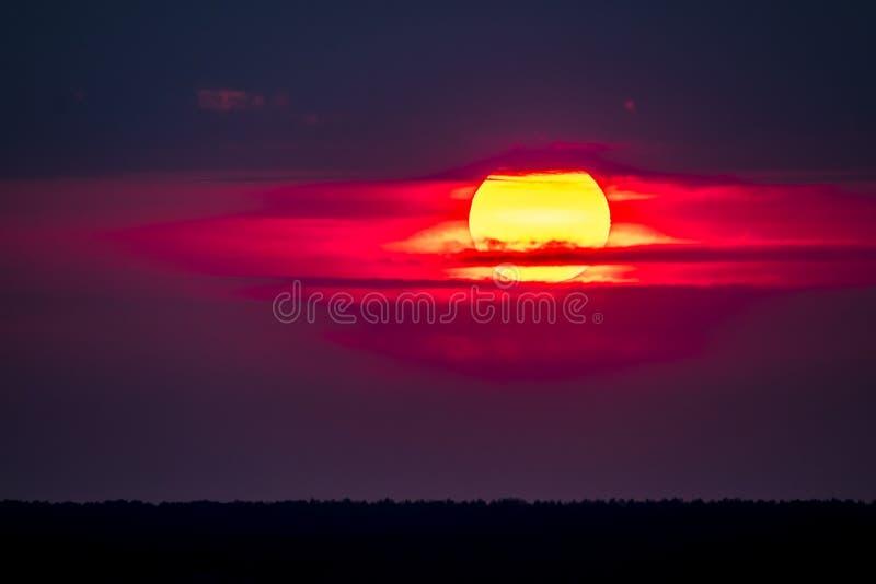 Dramatische die zonsondergang over Anglesey in Wales van Caernarfon - het Verenigd Koninkrijk wordt gezien stock fotografie