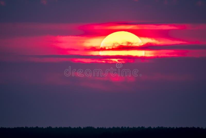 Dramatische die zonsondergang over Anglesey in Wales van Caernarfon - het Verenigd Koninkrijk wordt gezien royalty-vrije stock foto's