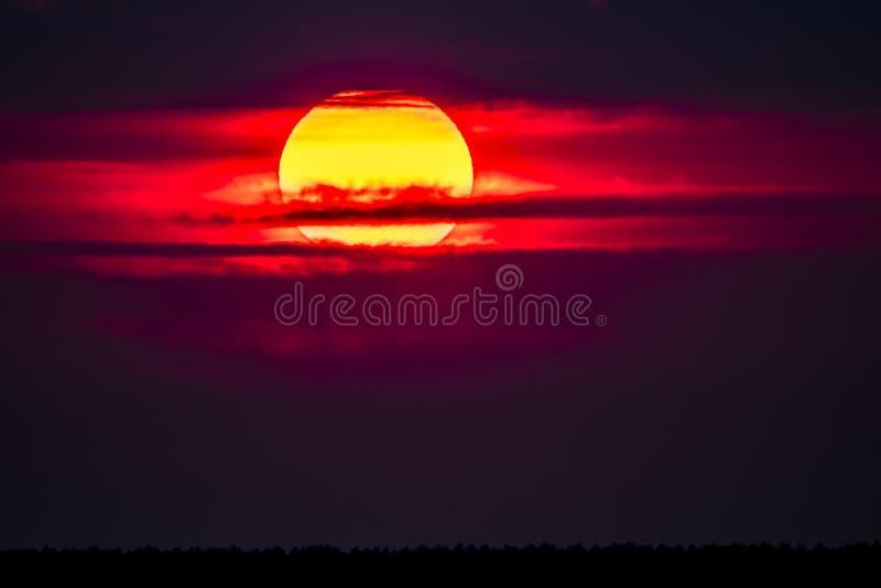 Dramatische die zonsondergang over Anglesey in Wales van Caernarfon - het Verenigd Koninkrijk wordt gezien stock foto's