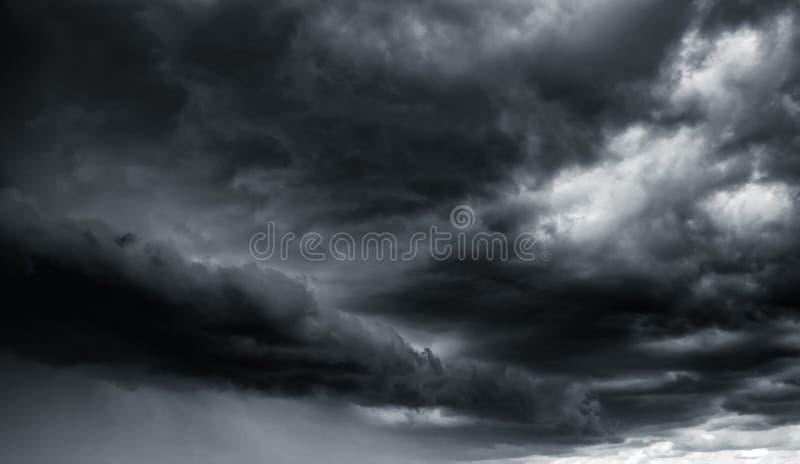 Dramatische donderonweerswolken bij donkere hemel stock foto's
