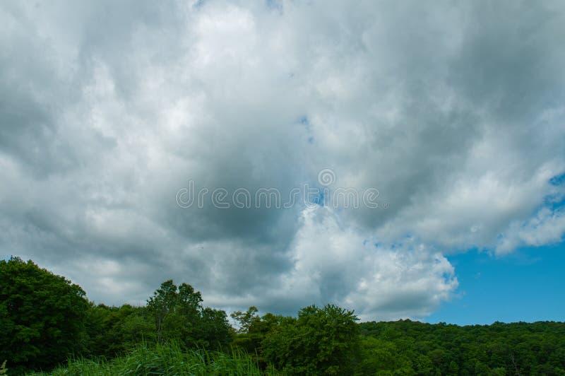 Dramatische donkere bewolkte hemel, natuurlijke achtergrond stock fotografie