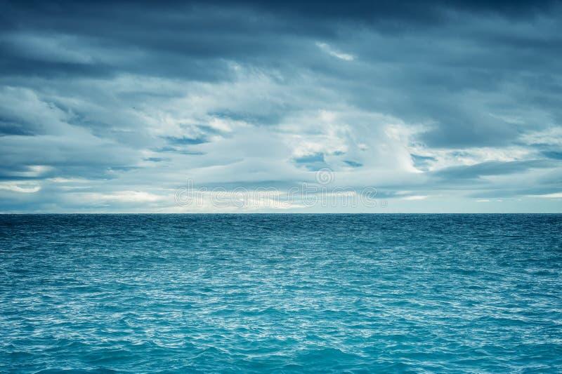 Dramatische donkere bewolkte hemel over het overzees royalty-vrije stock foto