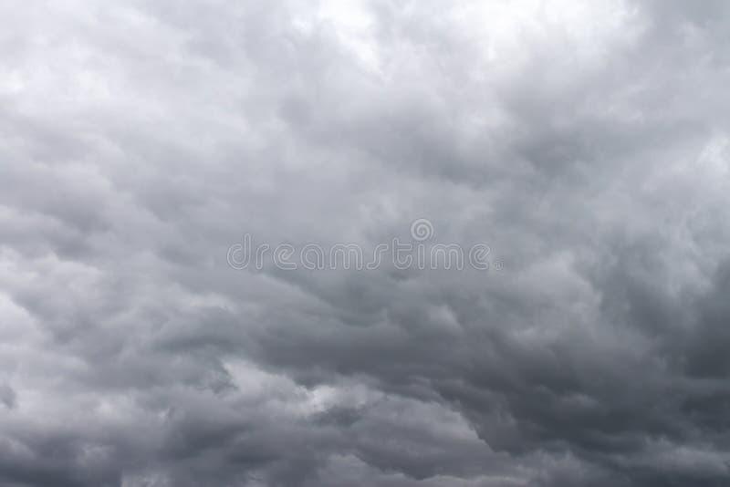 Dramatische donkere hemel met grijze wolken vóór onweersbui tijdens stock foto's