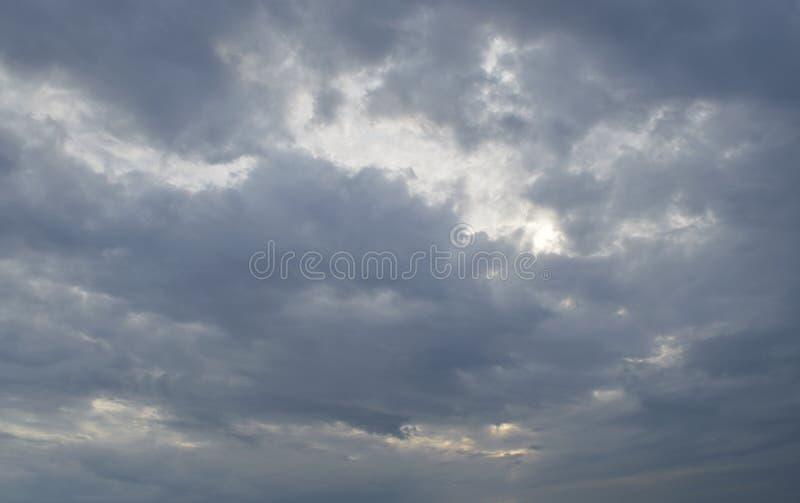 Dramatische donkere onweerswolken en hemel stock afbeeldingen