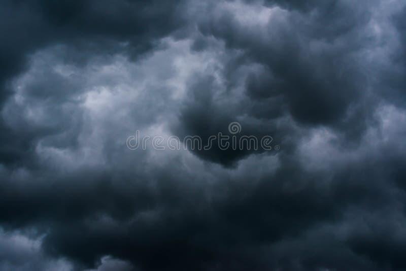 Dramatische donkere onweerswolken v??r zware regens en vloed royalty-vrije stock foto's
