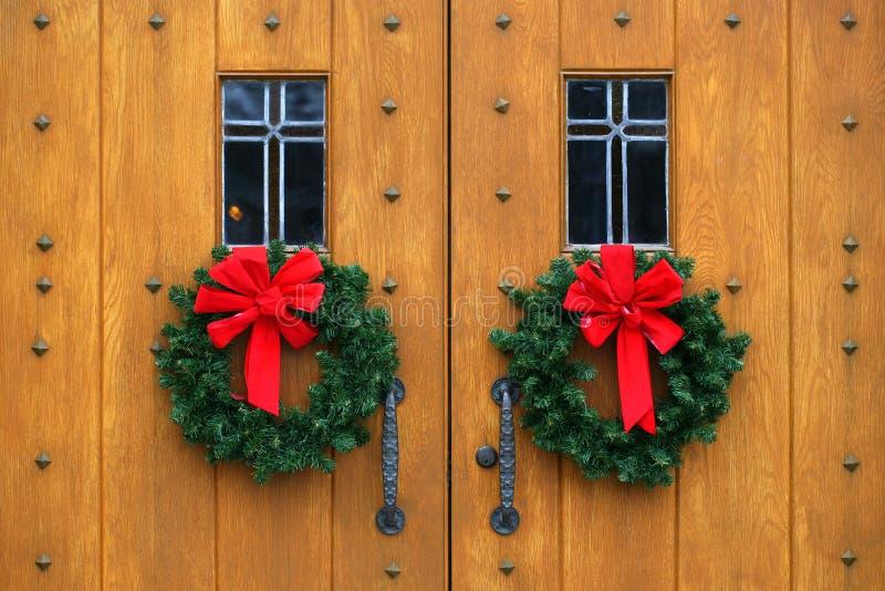 Dramatische eiken houten kerkdeuren royalty-vrije stock foto