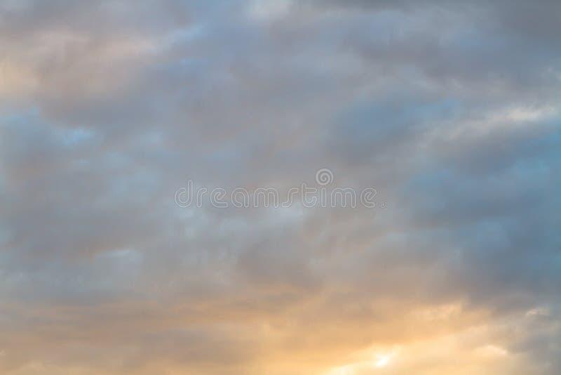 Dramatische en geheimzinnige hemel met oranje en donkerblauwe kleur bij zonsondergang stock afbeeldingen