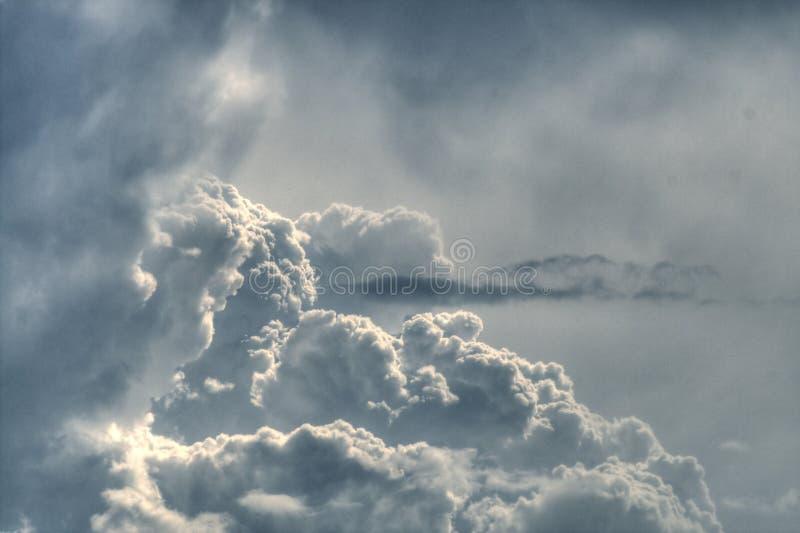 Dramatische grijze pluizige hemel royalty-vrije stock afbeeldingen