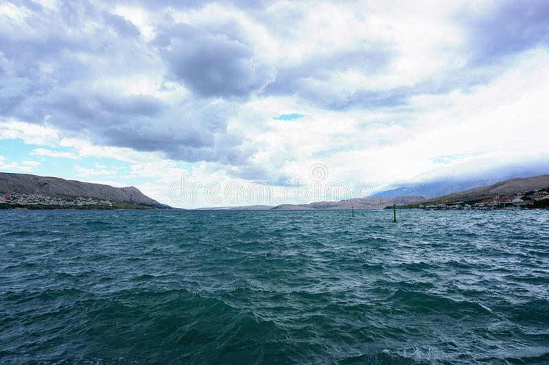 Dramatische hemel en golven op het Adriatische overzees, tijdens de noordelijke sterke en stormachtige wind genoemd Bora stock foto's