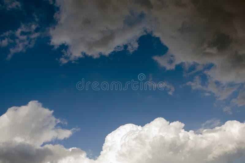 Dramatische hemel met donkergrijze regen en witte wolken stock foto