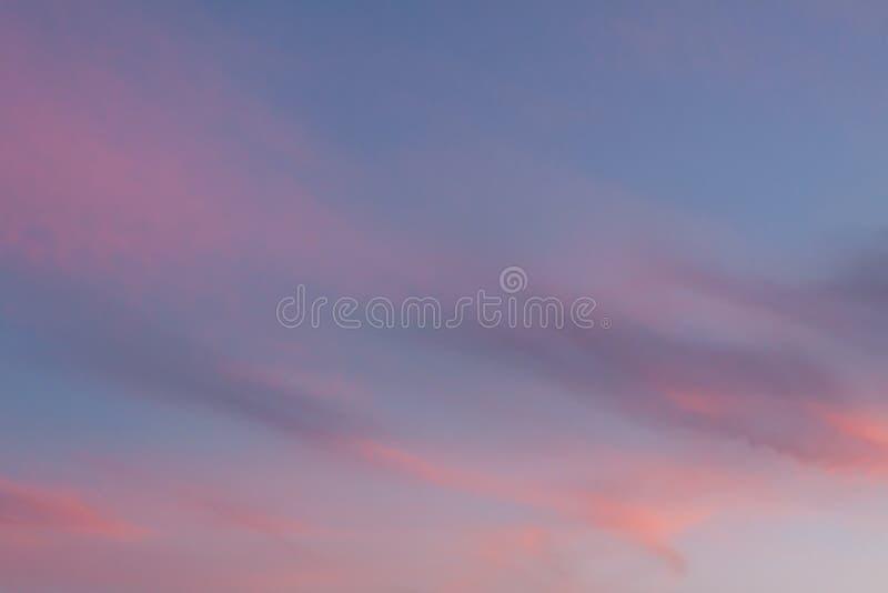 Dramatische hemel met roze wolken bij zonsondergang royalty-vrije stock fotografie