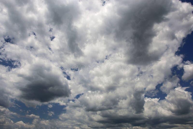 Dramatische hemel met stormachtige en cumuluswolken stock afbeelding