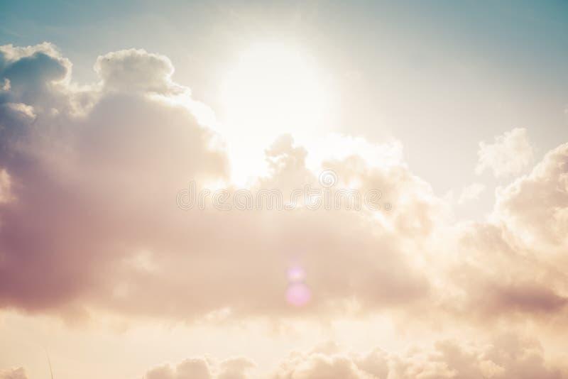 Dramatische hemel met stormachtige wolken bij zonsondergang Wolken en hemelachtergrond royalty-vrije stock fotografie