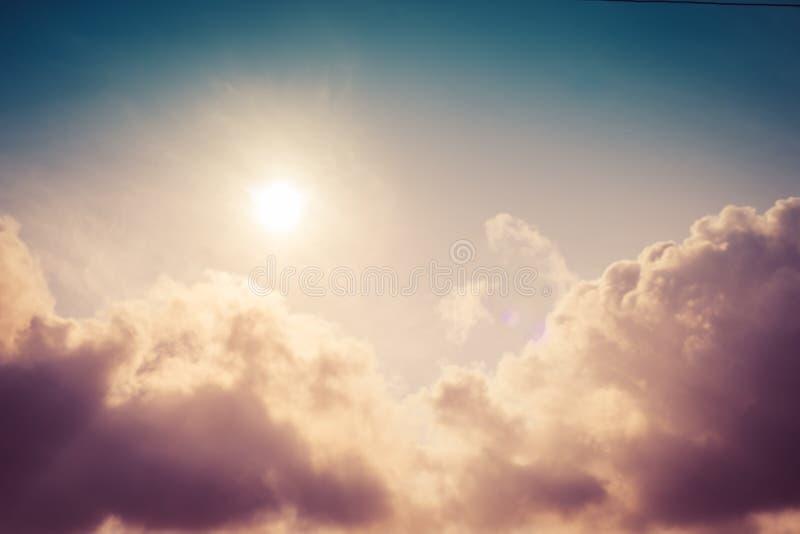 Dramatische hemel met stormachtige wolken bij zonsondergang Wolken en hemelachtergrond royalty-vrije stock afbeelding