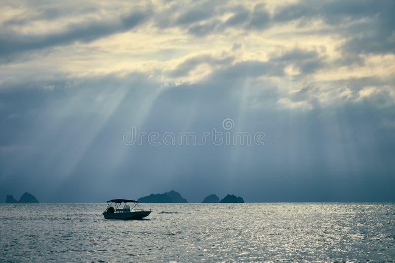 Dramatische hemel met zonstralen over het overzees stock foto
