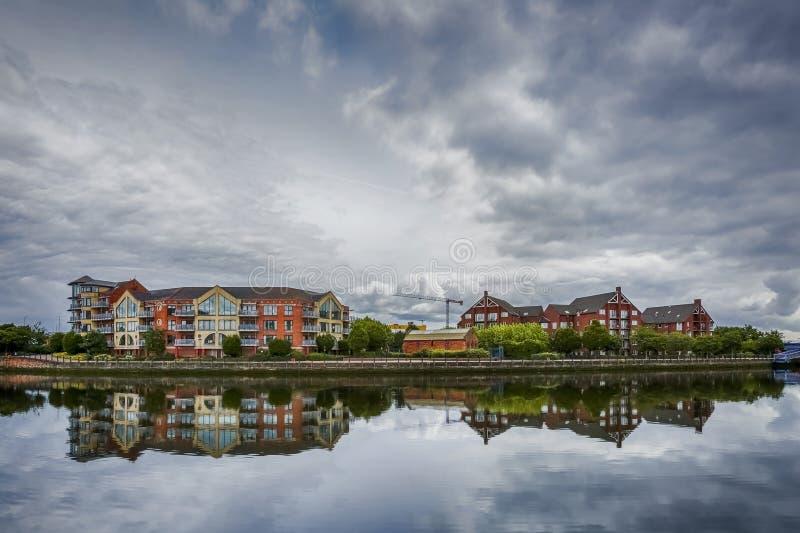Dramatische hemel over moderne architectuur langs rivier Lagan in Belfast, Noord-Ierland royalty-vrije stock foto's