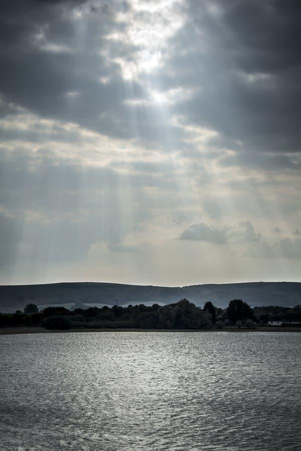 Dramatische hemel over reservoir stock fotografie