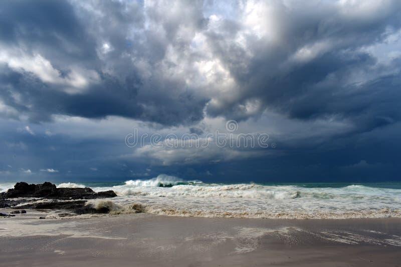 Dramatische hemel over ruwe overzees dichtbij een strandkust royalty-vrije stock foto's