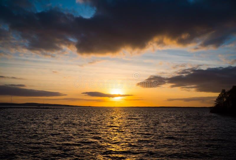 Dramatische hemel tijdens zonsondergang over zee royalty-vrije stock afbeeldingen