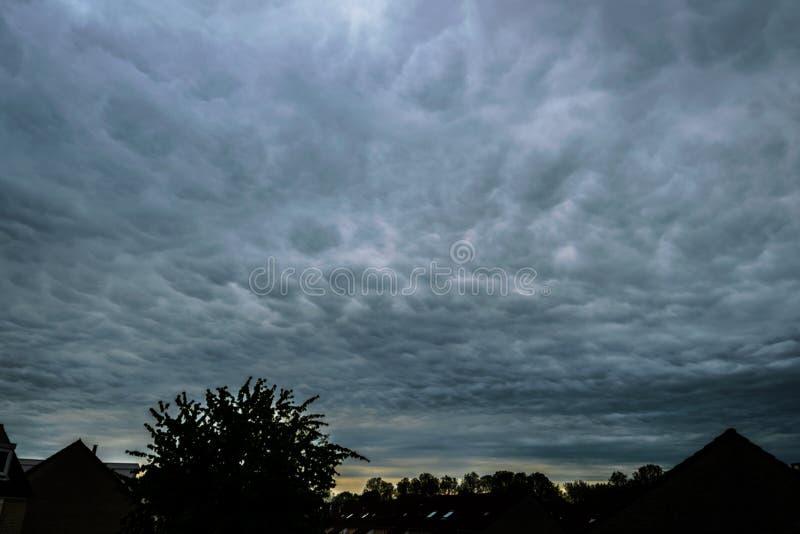Dramatische hemel van mammatuswolken stock afbeelding