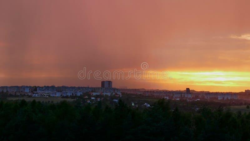 Dramatische hemel in zonsondergang vóór onweer komst stock foto's