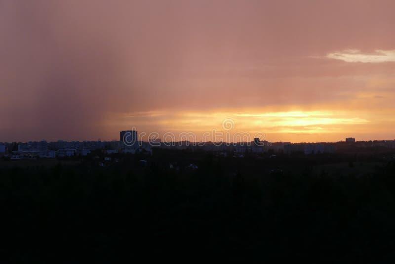 Dramatische hemel in zonsondergang vóór onweer komst royalty-vrije stock afbeeldingen