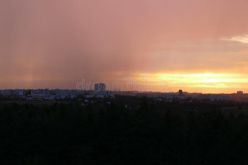 Dramatische hemel in zonsondergang vóór onweer komst royalty-vrije stock fotografie