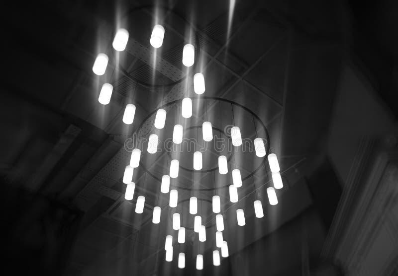 Dramatische lampen met gloedachtergrond stock foto