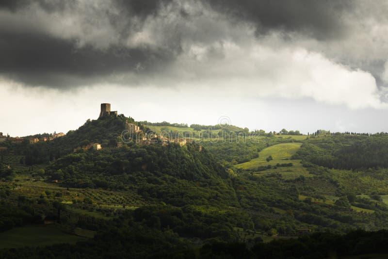 Dramatische lichte en regenachtige wolken over de stad Castiglione D ?Orcia in Toscani?, Itali? stock foto's