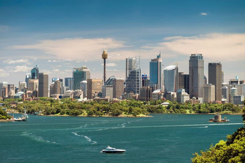 Dramatische mening bij de stads stedelijke horizon van Sydney stock fotografie