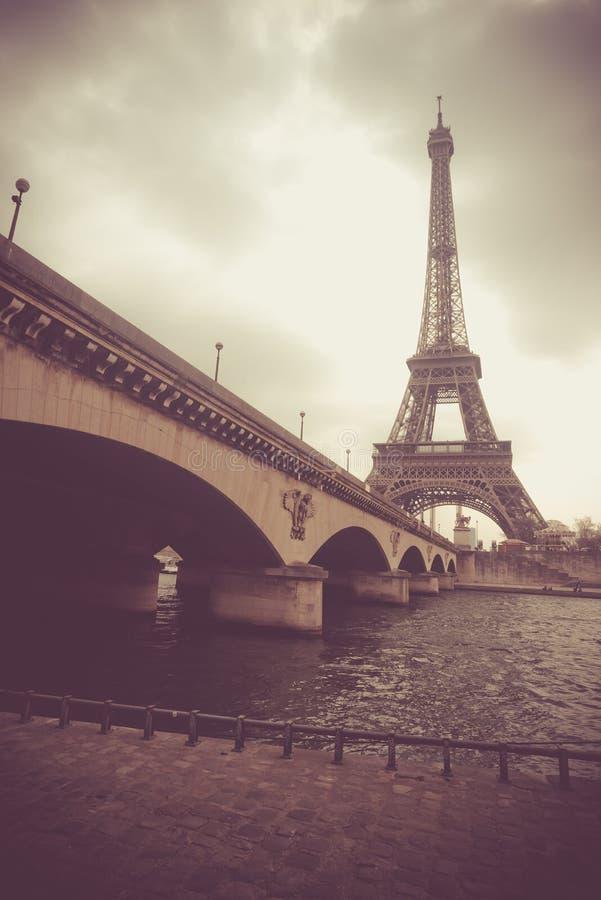 Dramatische mening over de toren van Eiffel en de brug van Jena royalty-vrije stock afbeeldingen