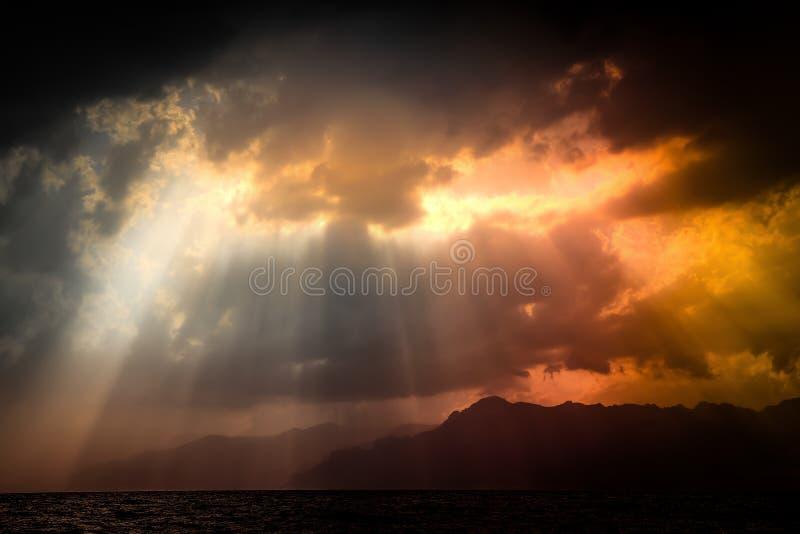 Dramatische mening van aard Zwarte stormachtige hemel over overzees en bergen met zonstralen door wolken Salerno, Italië royalty-vrije stock afbeeldingen
