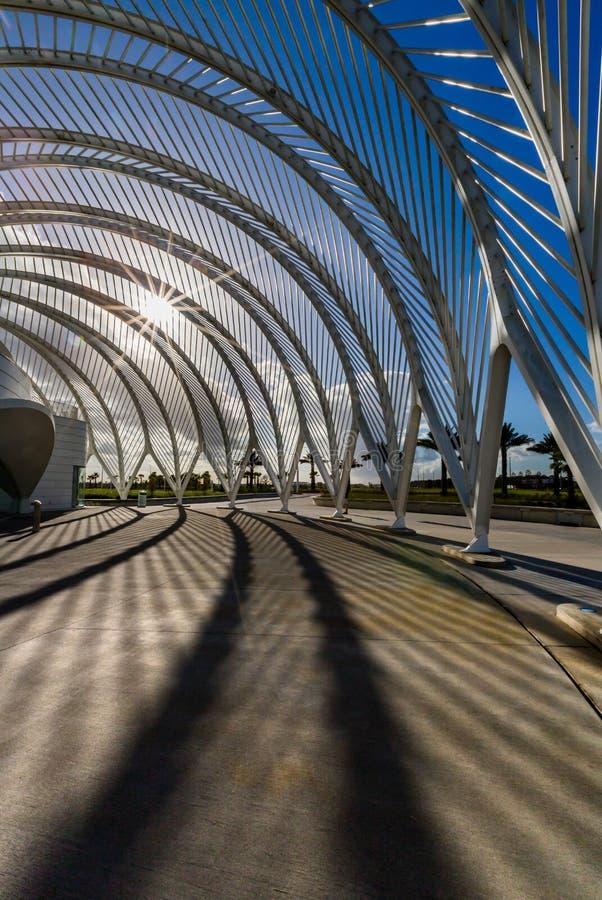Dramatische, moderne overwelfde galerijen bij zonsondergang in Florida bij Polytechnische Universiteit royalty-vrije stock foto