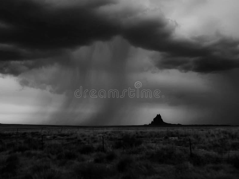 Dramatische Moessonwolken en Regenbanden over Silhouet van Mounta stock foto