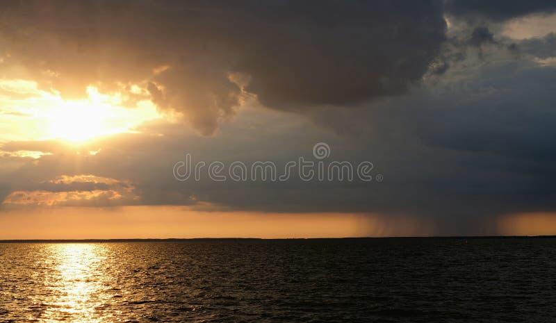 Dramatische ochtendhemel na de regen stock foto's