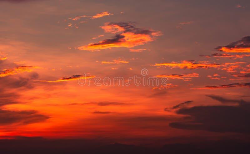 Dramatische rode en oranje hemel en wolken abstracte achtergrond Rood-oranje wolken op zonsonderganghemel Warme weerachtergrond K stock afbeelding
