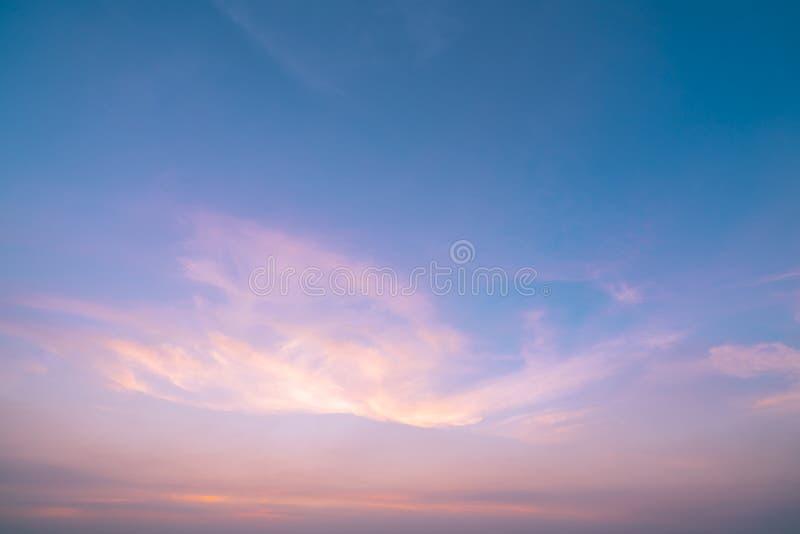 Dramatische roze en blauwe hemel en wolken abstracte achtergrond Kunstbeeld van oranje wolkentextuur Mooie zonsonderganghemel De  stock fotografie