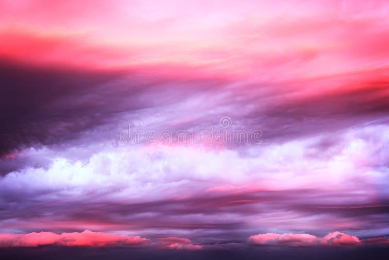 Dramatische roze wolken op zonsonderganghemel royalty-vrije stock foto