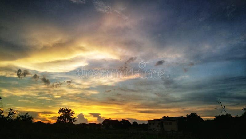 Dramatische scène van zonsondergangschemering royalty-vrije stock afbeeldingen